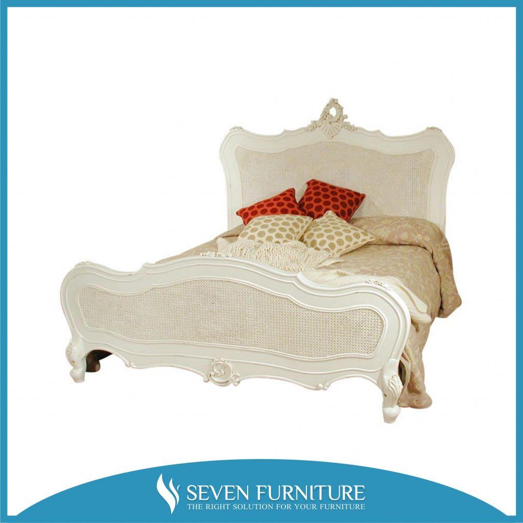 Tempat Tidur Putih Rotan