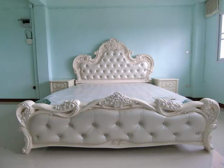 Tempat Tidur Ukiran Bunga Putih