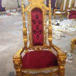 Kursi Raja Emas Merah