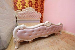 Tempat Tidur Shabby Putih Pink