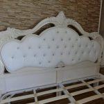 Tempat Tidur Ukiran Putih Cream